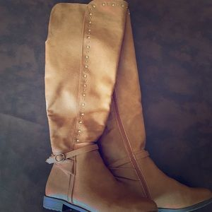 Women's boots size 7 1/2.